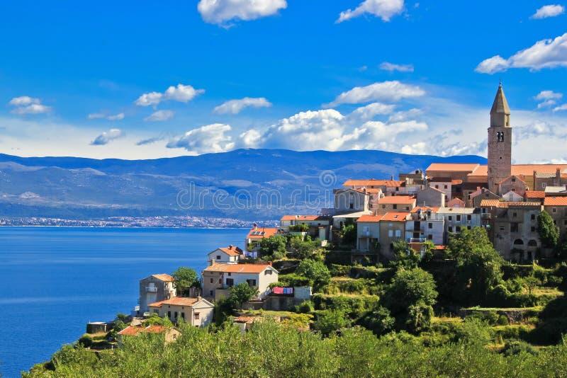 亚得里亚海的海岛krk城镇vrbnik 免版税库存图片