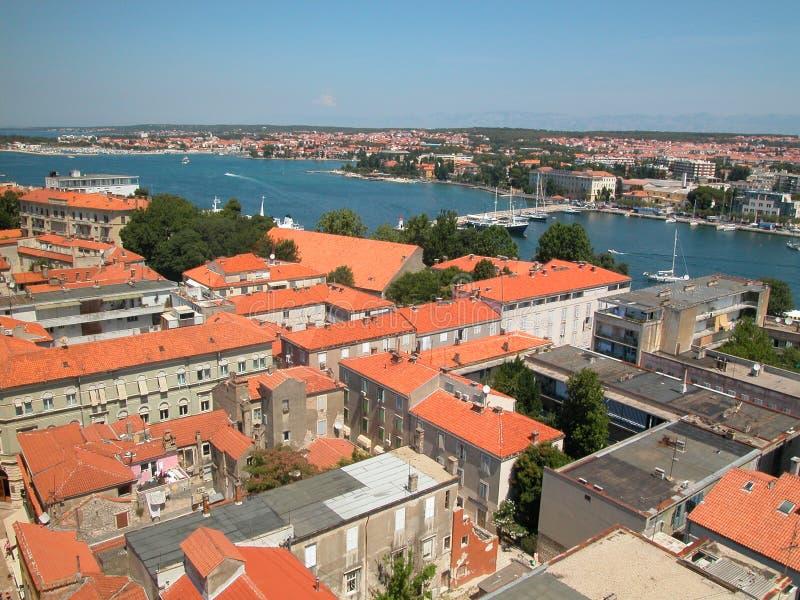 亚得里亚海的蓝色红色顶房顶场面海运 免版税图库摄影