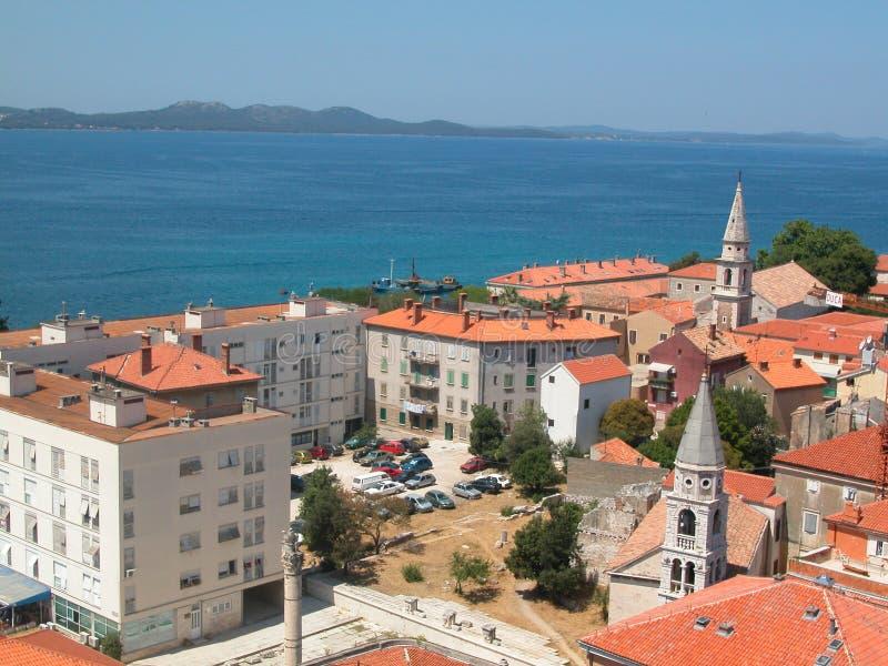亚得里亚海的蓝色红色顶房顶场面海运 库存图片