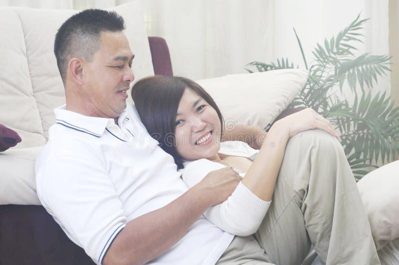 亚洲中年夫妇微笑 免版税库存图片