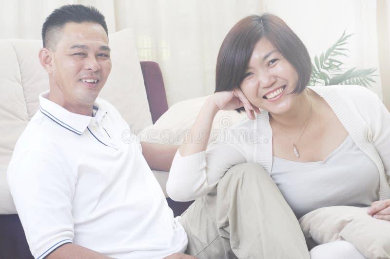 亚洲中年夫妇微笑 免版税库存照片