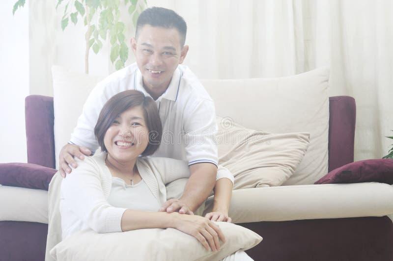 亚洲中年夫妇微笑 免版税图库摄影