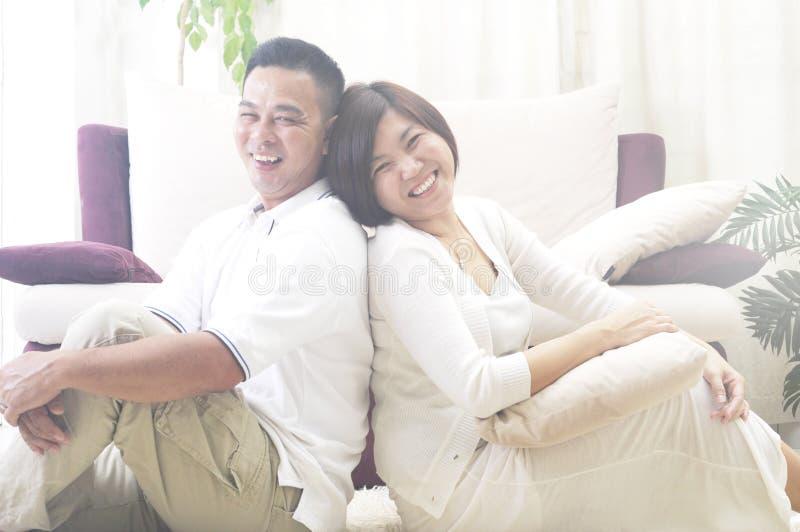 亚洲中年夫妇微笑 库存图片