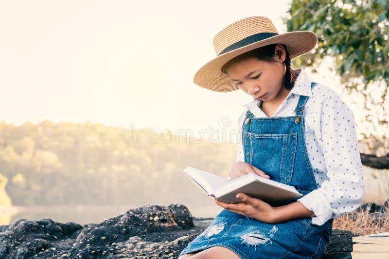 亚洲书女孩读取 免版税库存图片