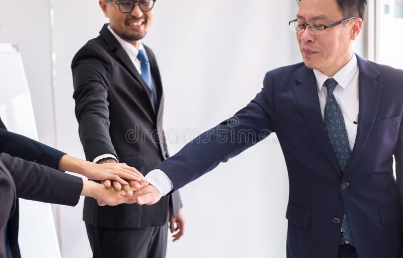亚洲事务加入成交的,团队工作手成功达到目标,递协调 免版税图库摄影