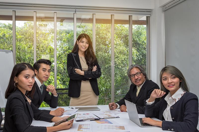 亚洲事务摆在候选会议地点的小组 在宽敞证券交易经纪人行情室的运作的激发灵感在办公室 E 库存图片