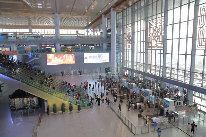 亚洲人中国,上海虹桥中央火车站机场安全驻地的门厅和扫描守卫检查站 库存照片