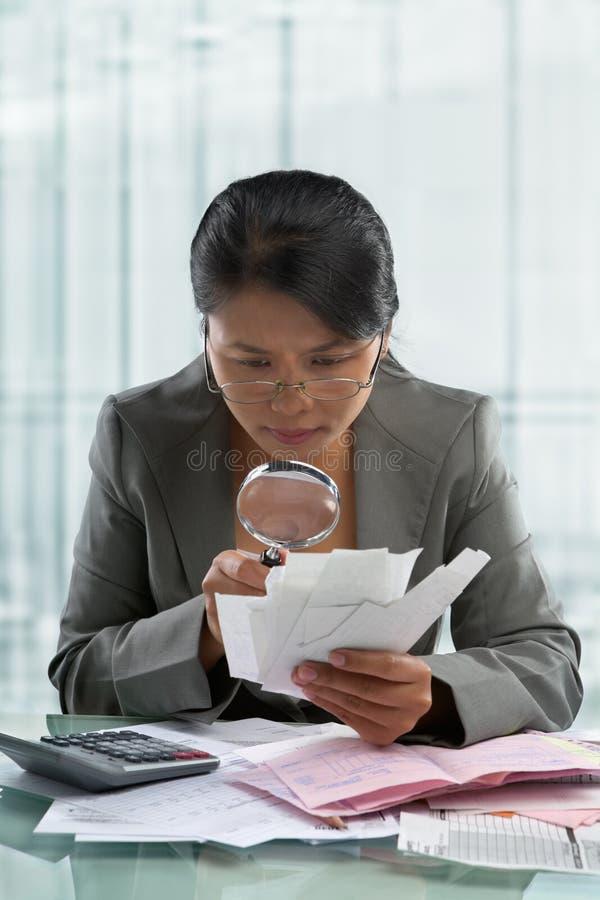 亚洲人发单女实业家检查 库存照片