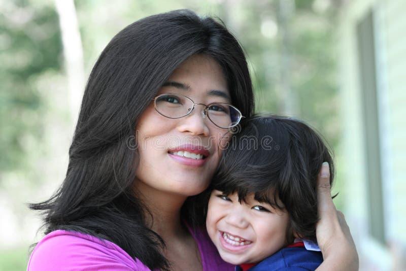 亚洲人她的藏品爱恋照顾儿子 库存照片