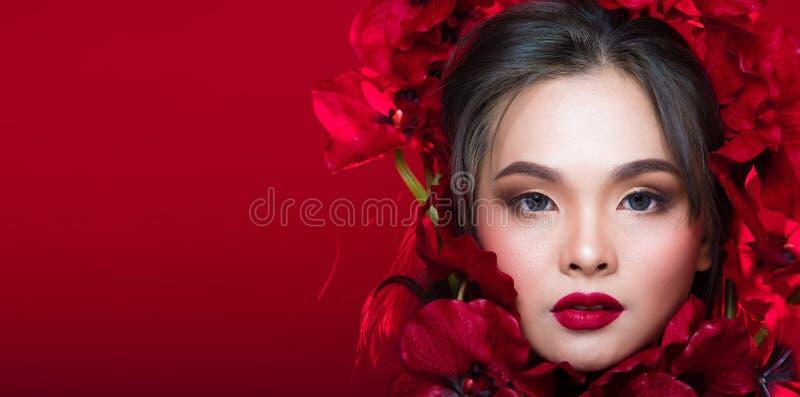 亚洲人晒黑了有强的颜色红色嘴唇的皮肤妇女 库存照片