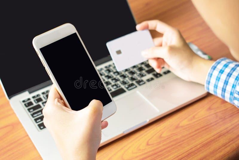 亚洲人由信用卡支付 免版税库存照片
