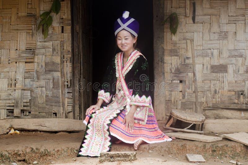 亚洲人给hmong老挝传统妇女穿衣 免版税库存照片