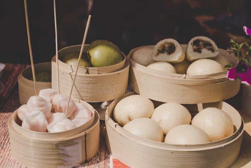 亚洲人蒸在竹火轮的小圆面包在街道食物市场上 库存图片
