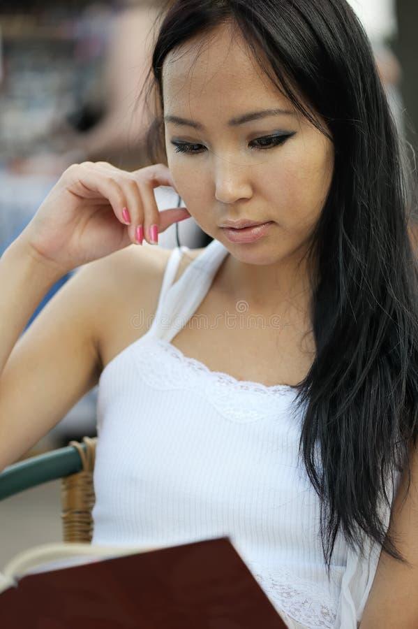 亚洲人读了妇女 免版税库存照片