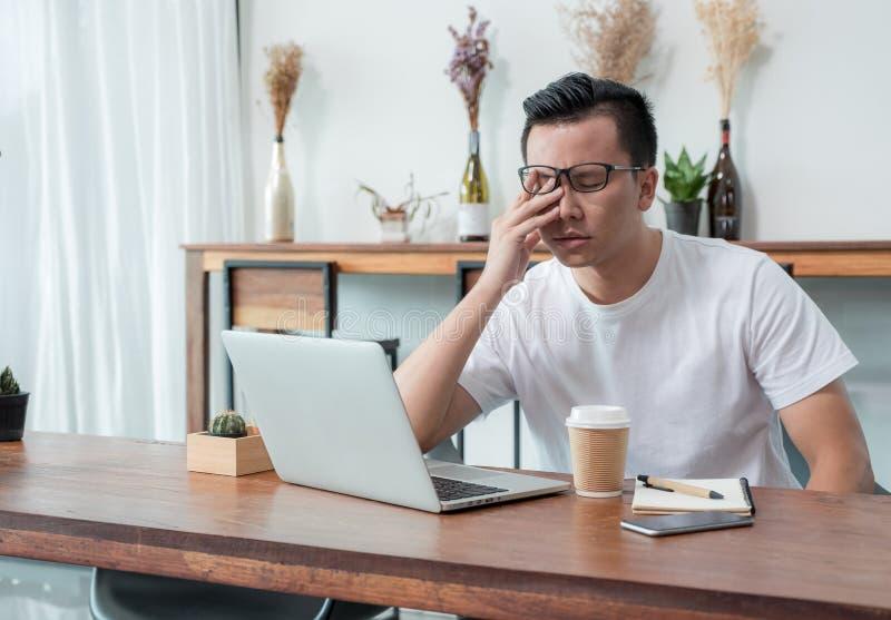 亚洲偶然人盖子面孔以从工作的手翻倒在前面 库存图片