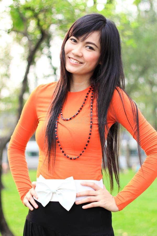亚洲公园微笑的妇女 免版税库存图片
