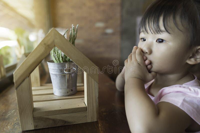 亚洲可爱宝贝女孩幸福 免版税库存图片