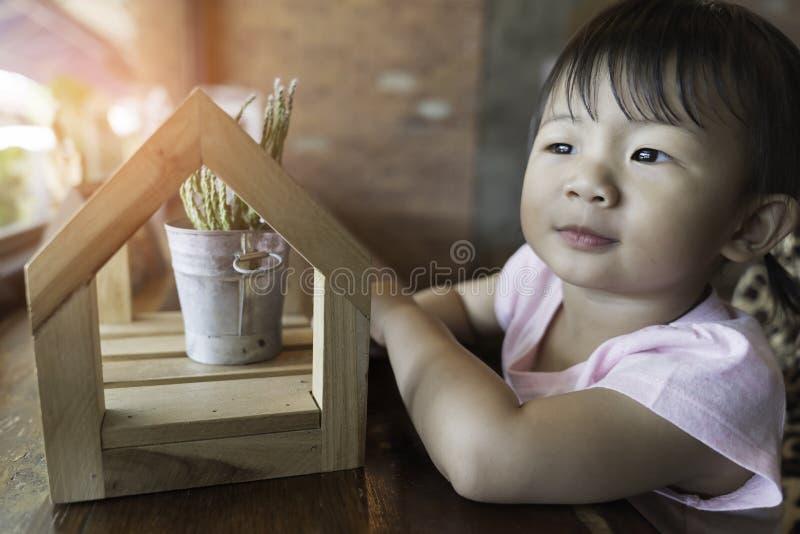 亚洲可爱宝贝女孩幸福 免版税库存照片