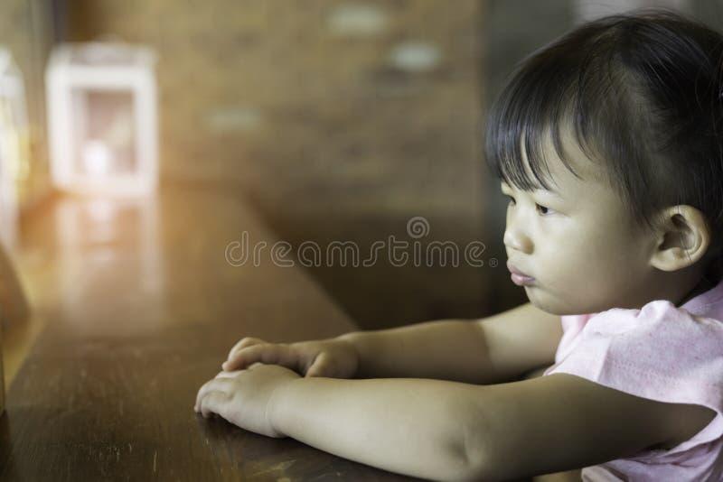 亚洲可爱宝贝女孩幸福 免版税图库摄影