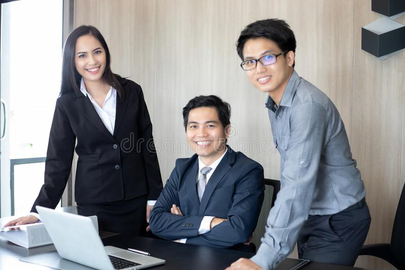 亚洲商人和小组使用笔记本商务伙伴的 免版税图库摄影