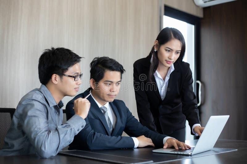 亚洲商人和小组使用笔记本商务伙伴的 免版税库存图片