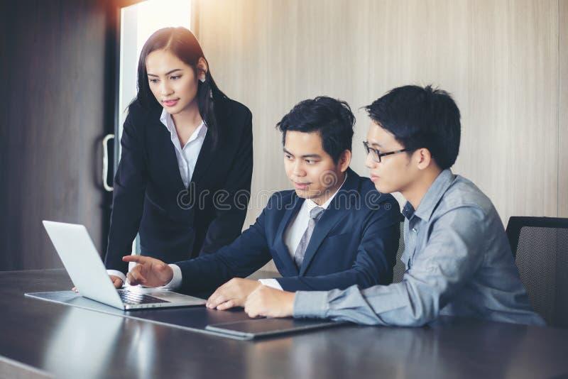 亚洲商人和小组使用笔记本商务伙伴的 库存照片