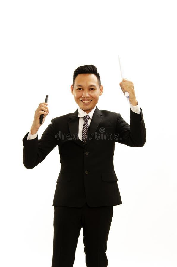 亚洲商人微笑展示文件和移动电话手中o 免版税图库摄影
