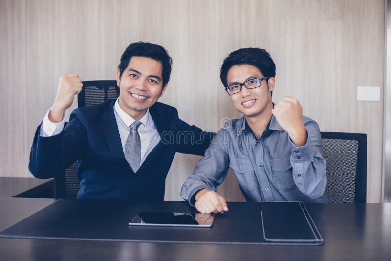 亚洲商人成功和赢取的概念-愉快的队与 图库摄影
