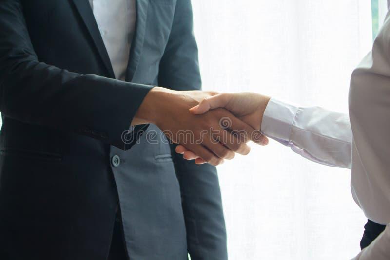 亚洲商人握手 免版税库存照片