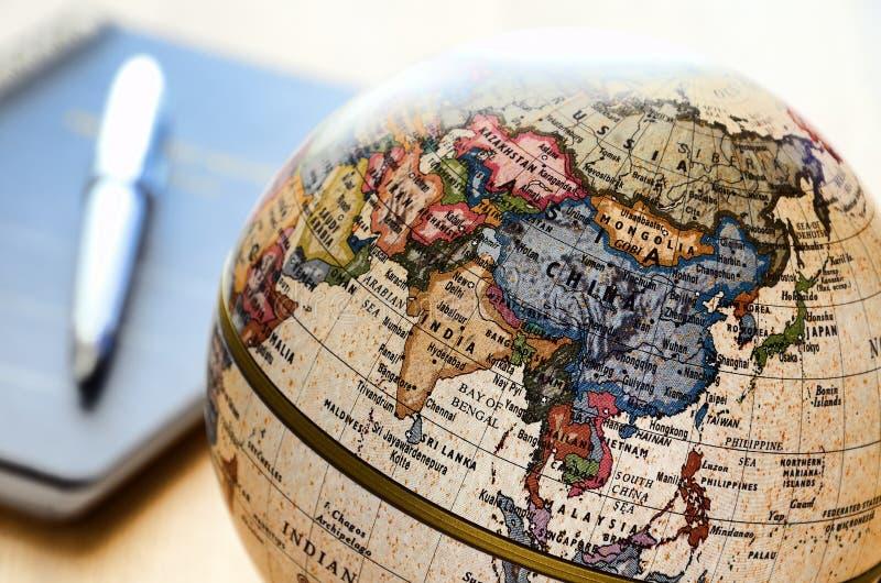 亚洲圆珠笔地球笔记本笔 库存图片