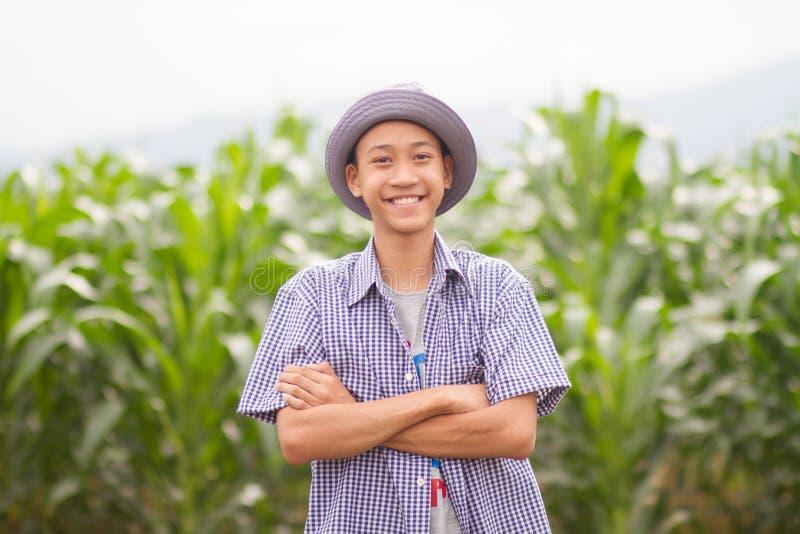 亚洲在中间麦地和笑容的农夫身分 库存图片