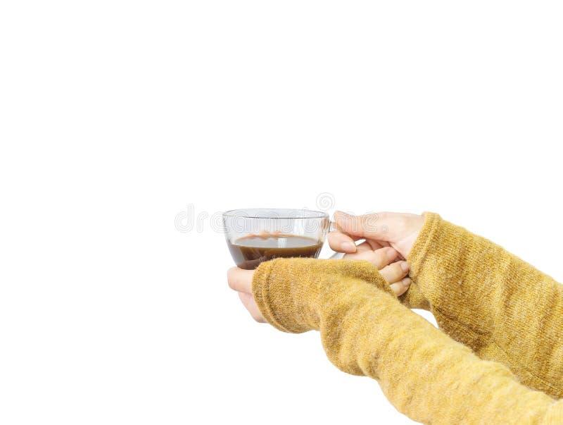 亚洲在白色背景在冬天隔绝的透明杯子的妇女举行热的无奶咖啡的特写镜头手 库存图片
