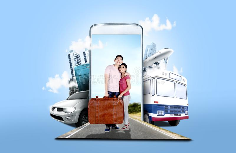 亚洲在街道上的夫妇运载的手提箱袋子身分 免版税库存图片