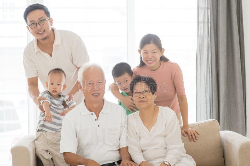 亚洲多世代家庭画象 免版税库存图片