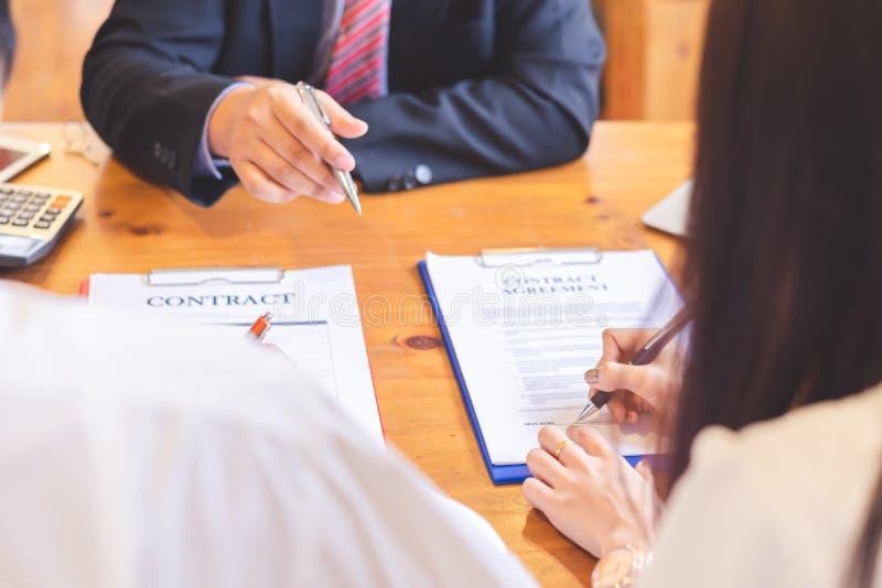亚洲夫妇读书和签署的合同 库存图片