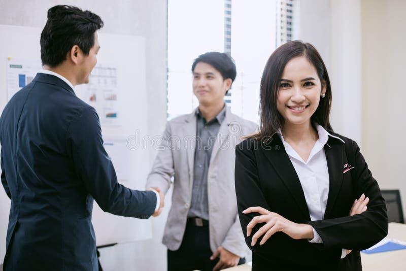 亚洲女商人和小组使用笔记本见面和Bu的 免版税库存图片
