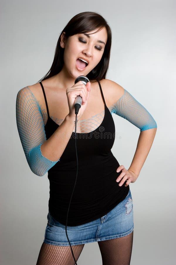 亚洲女孩唱歌 图库摄影