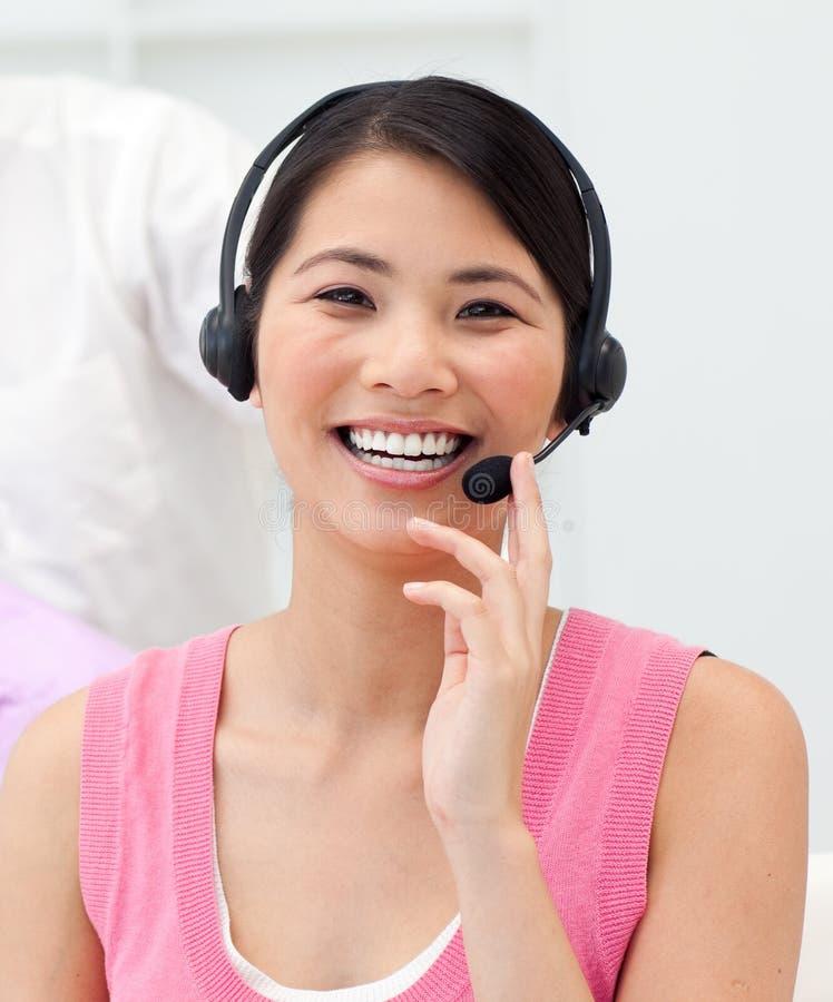亚洲女实业家耳机正联系 图库摄影