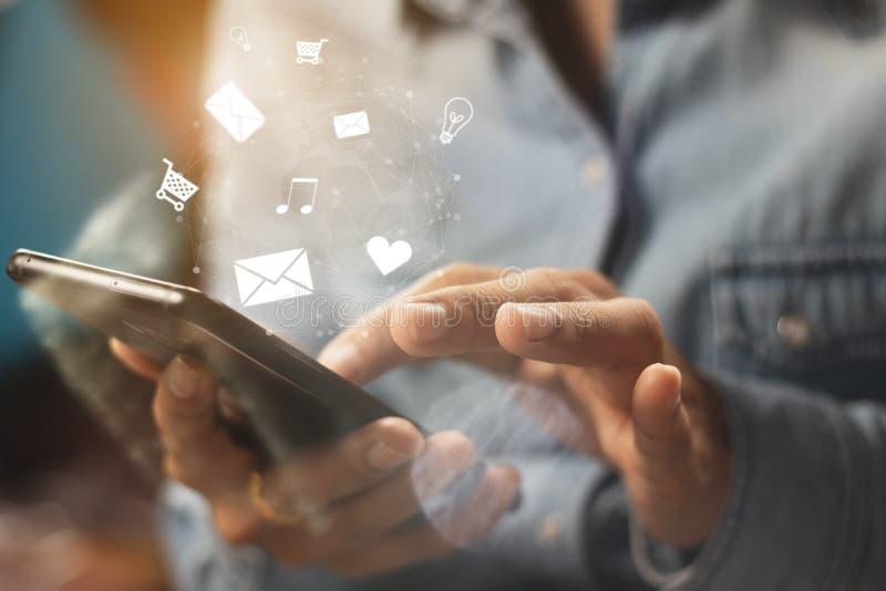亚洲妇女使用智能手机,手机的` s手以愉快 免版税库存图片