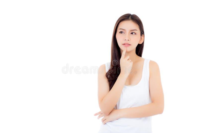 亚洲妇女惊奇举行面颊用手,美丽的女孩有提出的您的被隔绝的产品与激动和惊奇 免版税库存照片