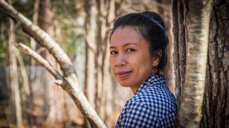 亚洲妇女森林 免版税库存图片