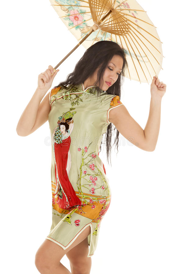 亚洲妇女绿色礼服伞查找 免版税库存照片