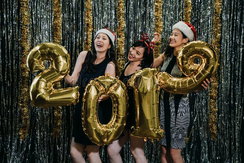 亚洲妇女聚成棍棒状一团在xmas党和新年 免版税库存照片