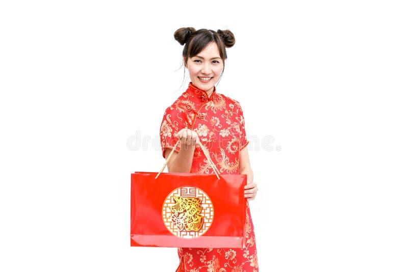 亚洲妇女藏品购物带来,女服cheongsam,春节 免版税库存照片
