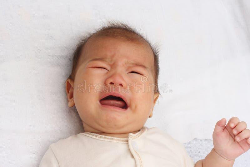 亚洲婴孩哭泣 免版税库存照片