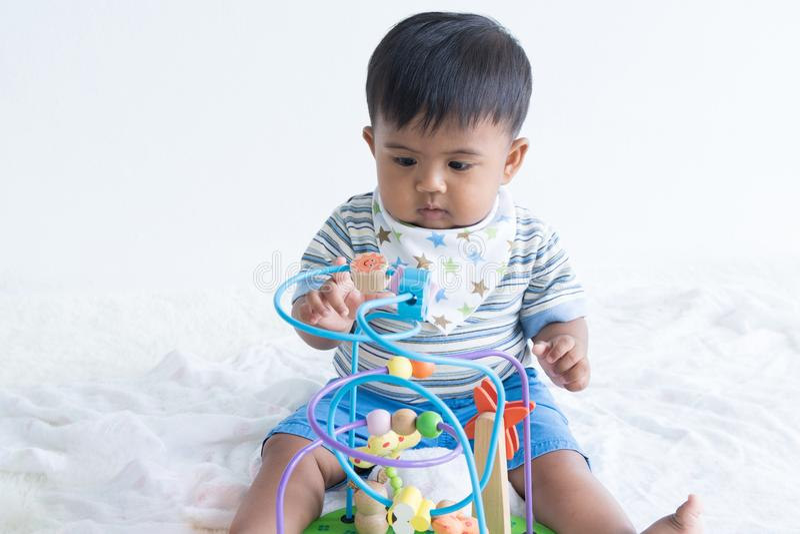 亚洲婴孩开会和戏剧木玩具 免版税库存照片