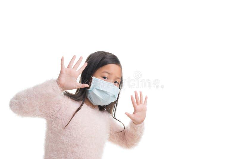 亚洲孩子女孩年龄与保护面具的7年反对流感viru 库存图片