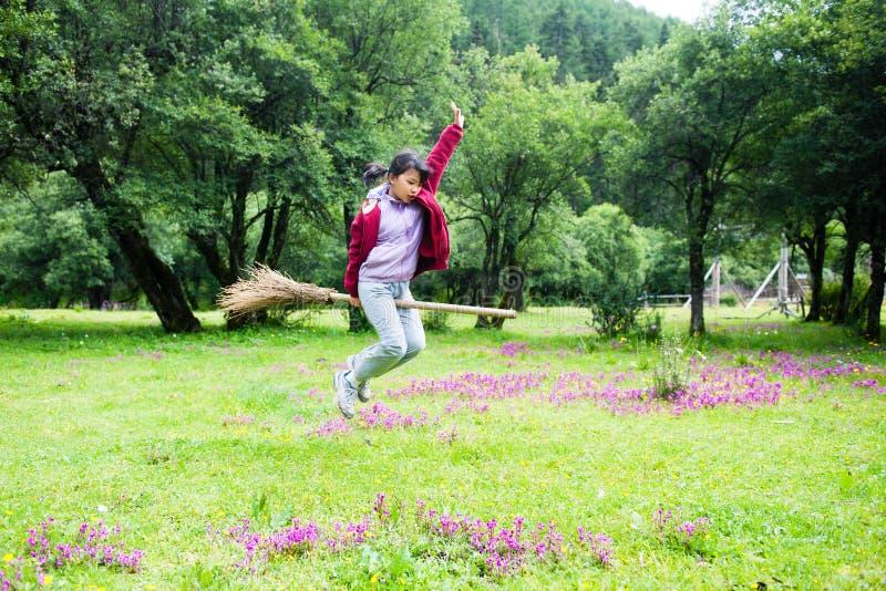 亚洲孩子跳 免版税图库摄影