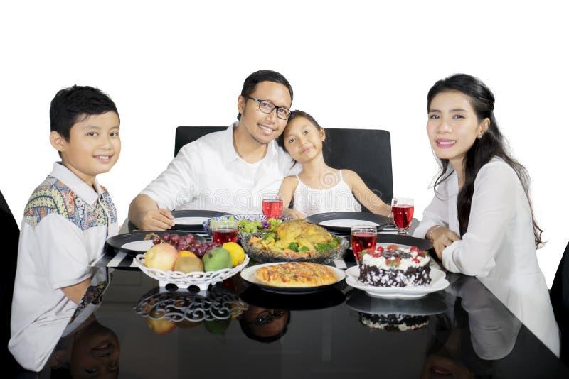 亚洲家庭吃晚餐一起在演播室 库存图片
