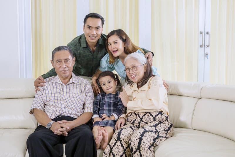 亚洲家庭在家拍团体照片 免版税库存照片